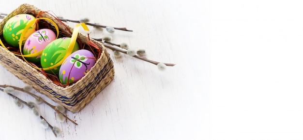 Fondo de pascua con huevos pintados y gatito.