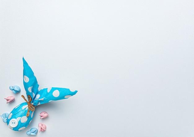 Fondo de pascua para tarjeta de felicitación y anuncio de venta de pascua. huevos de pascua en papel de acuarela