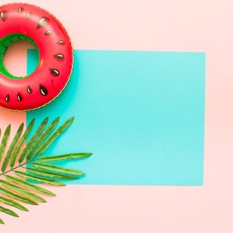 Fondo pastel rosa y azul con hojas tropicales