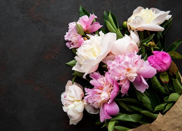Fondo con peonías rosas
