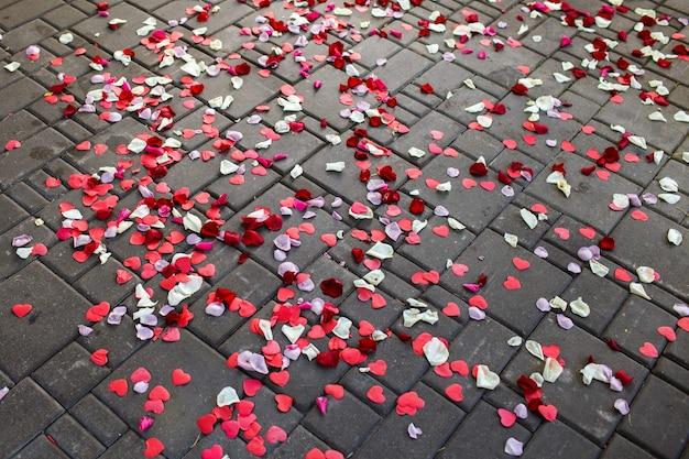 Fondo de pétalos de rosa en el pavimento, en forma de corazón. tema de la boda.