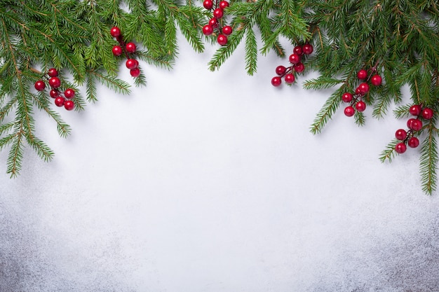 Fondo de piedra de navidad con rama de abeto. vista superior. copie el espacio - imagen