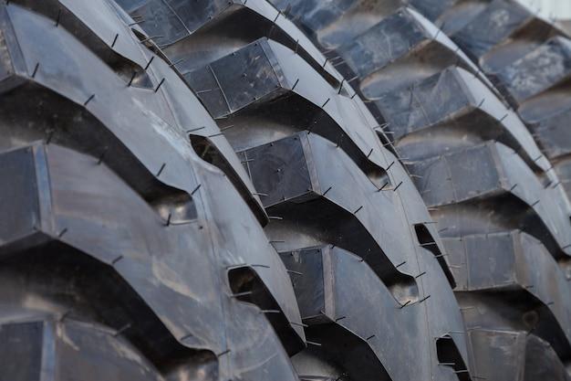 Fondo de pila de neumáticos de camión