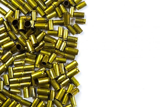 Fondo de pistola de balas y conchas pistola sobre fondo blanco