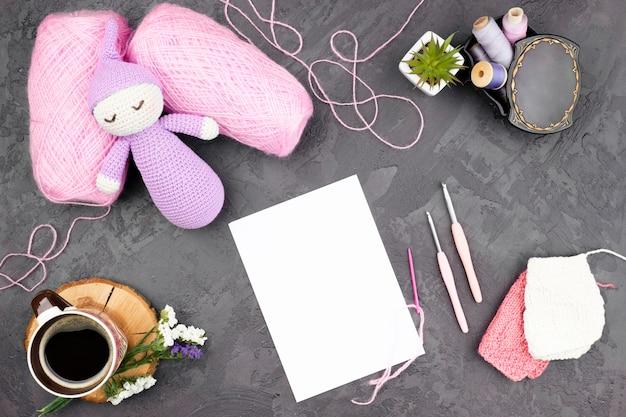 Fondo de pizarra con lana rosa