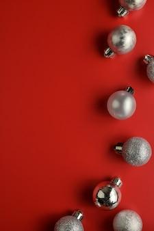 Fondo plano de la composición de la endecha, visión superior de los ornamentos decorativos rojos de la navidad.
