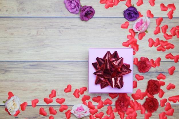 Fondo plano para el día de san valentín, amor, corazones, caja de regalo copia espacio