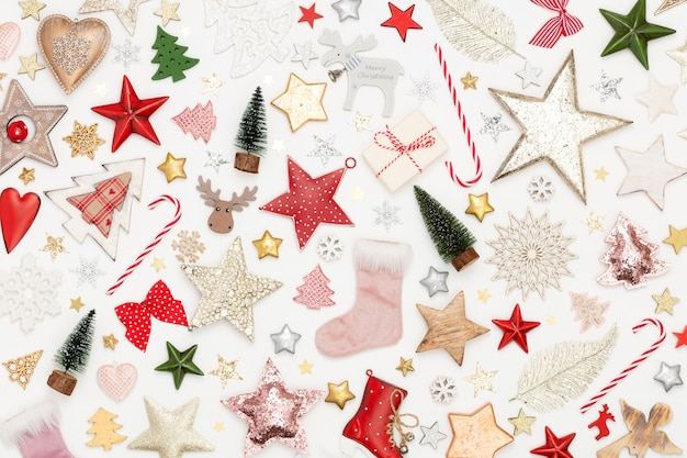 Fondo plano de navidad laicos sobre la mesa de madera blanca