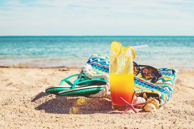 Fondo de playa con un cóctel junto al mar. enfoque selectivo