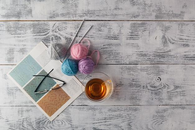 Fondo de punto con aguja de tejer y ovillo de hilo, el tejido es un pasatiempo, las actividades de ocio de muchas personas en el tiempo libre, también hacen muchos productos hechos a mano