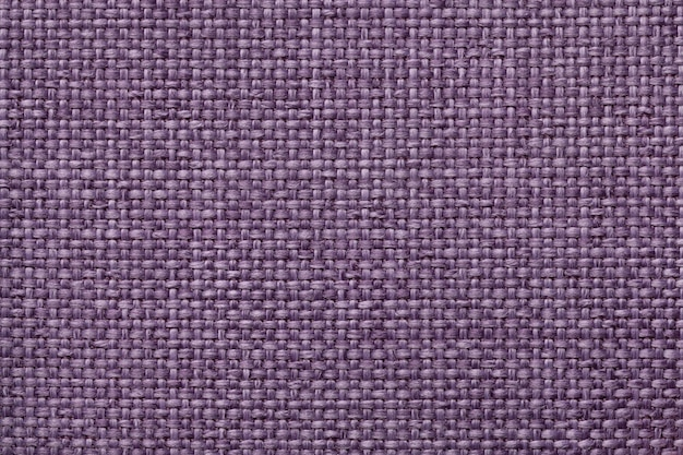 Fondo púrpura con el modelo a cuadros trenzado, primer. textura de la tela que teje, macro.