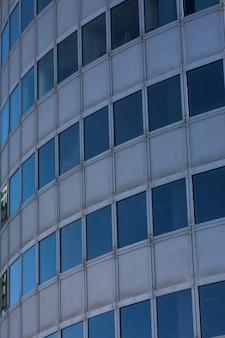 Fondo de rascacielos de cristal moderno con reflejo de cielo y nubes