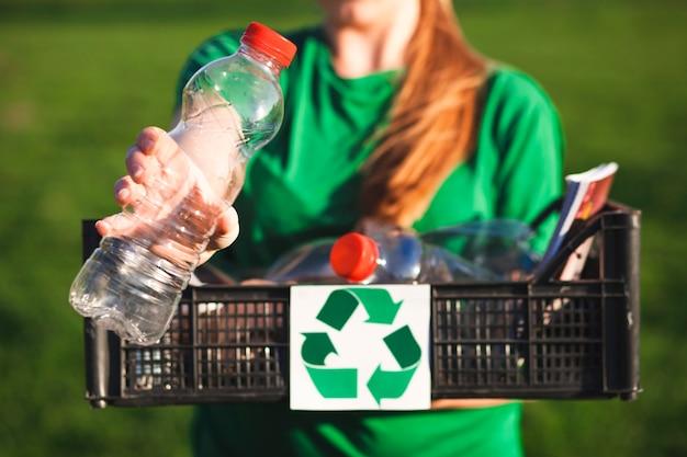 Fondo de reciclaje con mujer sujetando caja