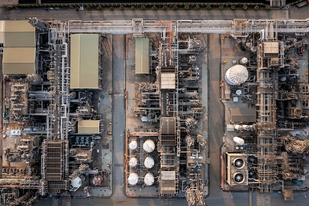 Fondo de refinería de petróleo y gas de vista superior aérea, industria petroquímica de negocios