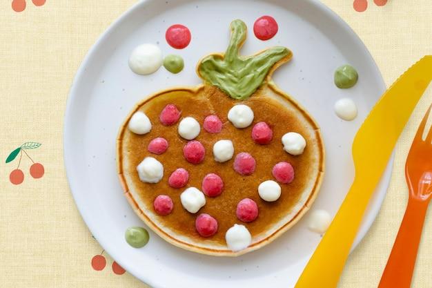 Fondo de regalo de desayuno de panqueques para niños, con forma de un divertido fondo de pantalla de fresa