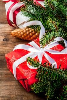 Fondo de regalo de navidad y año nuevo con abeto
