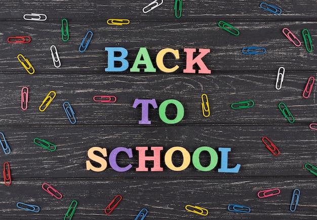 Fondo de regreso a la escuela con clips