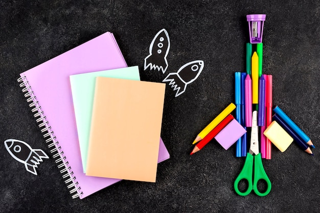 Fondo de regreso a la escuela con cohetes y cuadernos