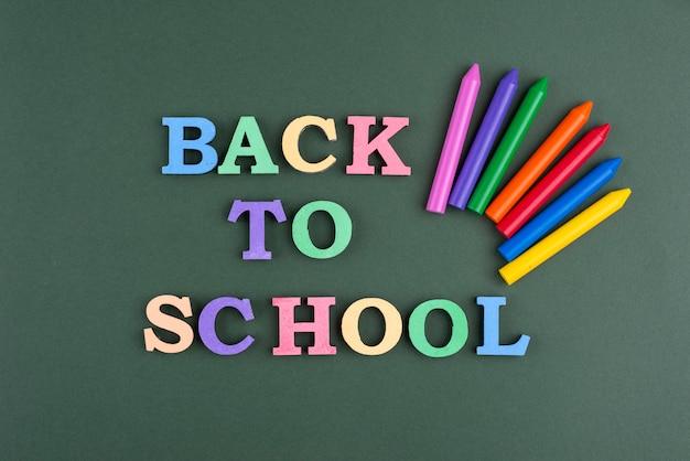 Fondo de regreso a la escuela con crayones