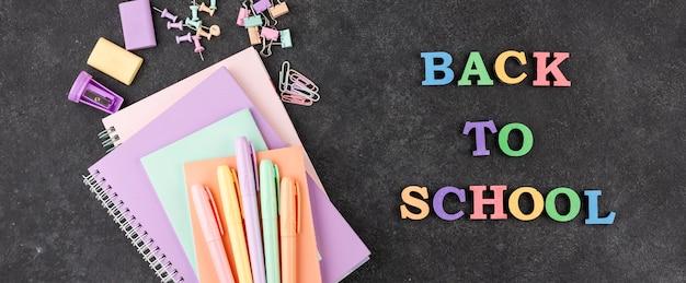Fondo de regreso a la escuela con cuadernos