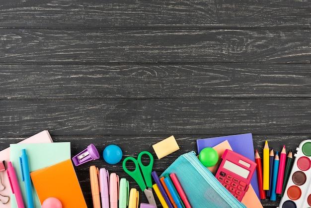 Fondo de regreso a la escuela con útiles escolares y espacio de copia Foto gratis