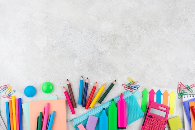 Fondo de regreso a la escuela con útiles escolares y espacio de copia