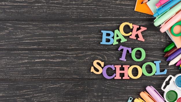 Fondo de regreso a la escuela con útiles escolares
