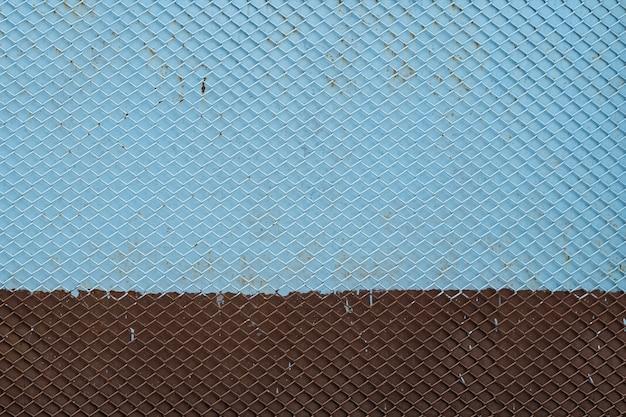 Fondo de rejilla de hierro antiguo patrón de rejilla metálica transparente pintado de azul y marrón