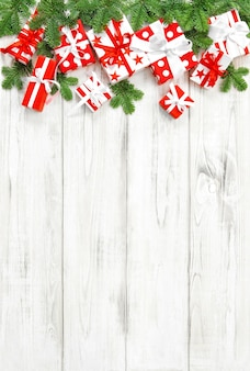 Fondo rojo de decoración navideña con cajas de regalo