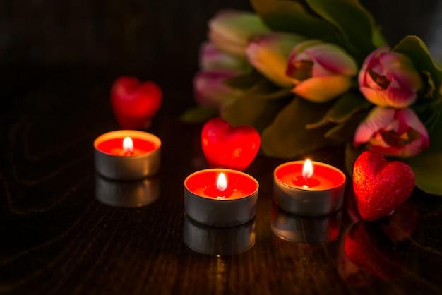Fondo romántico de san valentín con corazones y velas. fondo de vacaciones con corazones. celebrando bodas y otras celebraciones con espacio para texto