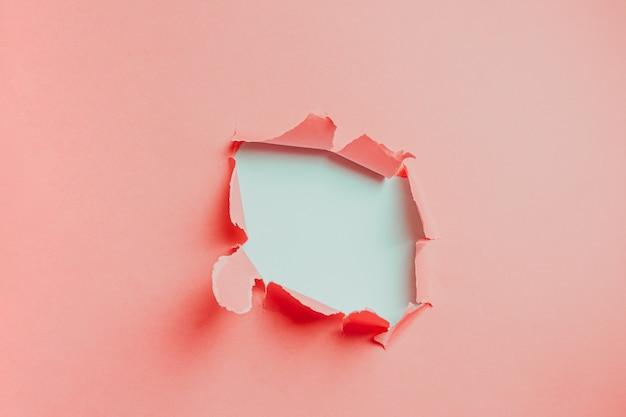 Fondo rosa y blanco del agujero en cartulina con espacio de copia