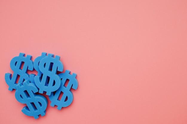 Fondo rosa con símbolos de dólar, signo de dinero