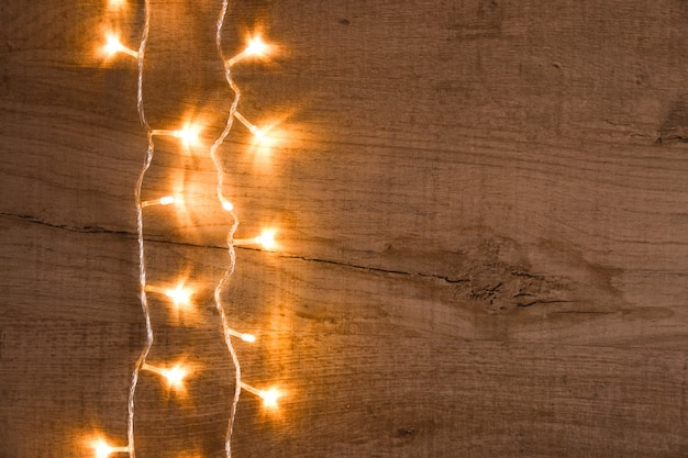 Fondo rústico de navidad - madera de tablones vintage con luces y espacio de texto libre
