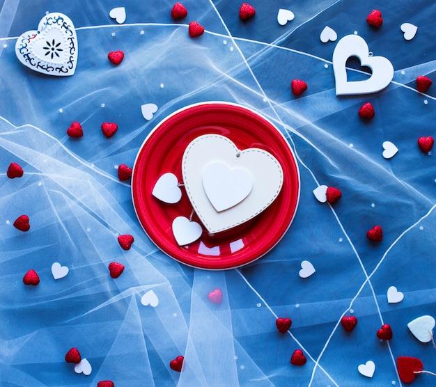 Fondo de san valentín con corazones y diversos elementos románticos.