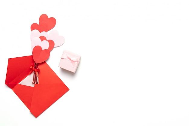 Fondo de san valentín con corazones rojos y rosados y caja de regalo