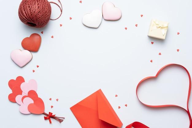 Fondo de san valentín con decoraciones en forma de corazón