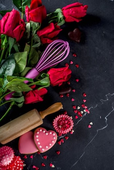 Fondo de san valentín para hornear con rosas y herramientas para hornear