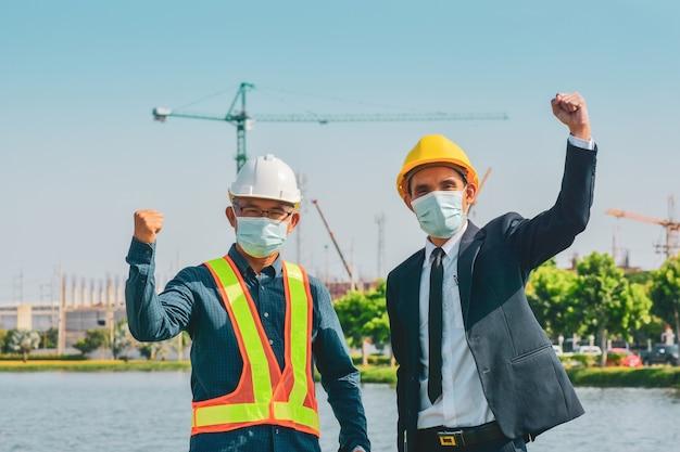 Fondo de sitio de construcción al aire libre de éxito de dos empresario