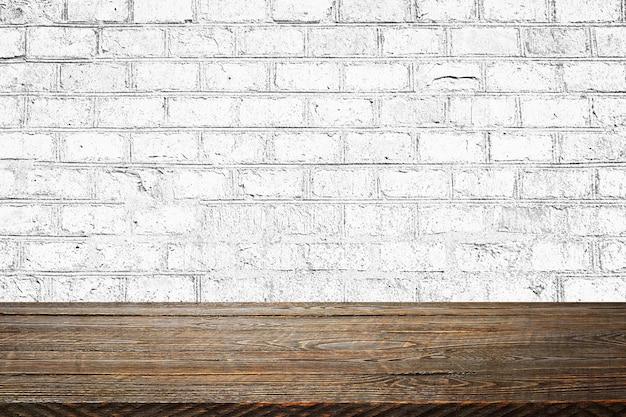 El fondo son tablas de madera en blanco y una pared de ladrillos con textura con iluminación y viñetas. para demostraciones de productos, espacio libre, diseño, maqueta, tablero de perspectiva, tablero de fondo.