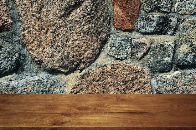 El fondo son tablas de madera en blanco y una pared de piedra texturizada con iluminación y viñetas. para demostraciones de productos, espacio libre, diseño, maqueta, tablero de perspectiva, tablero de fondo.