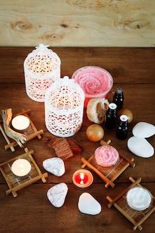 Fondo de spa con velas y productos de tratamiento.