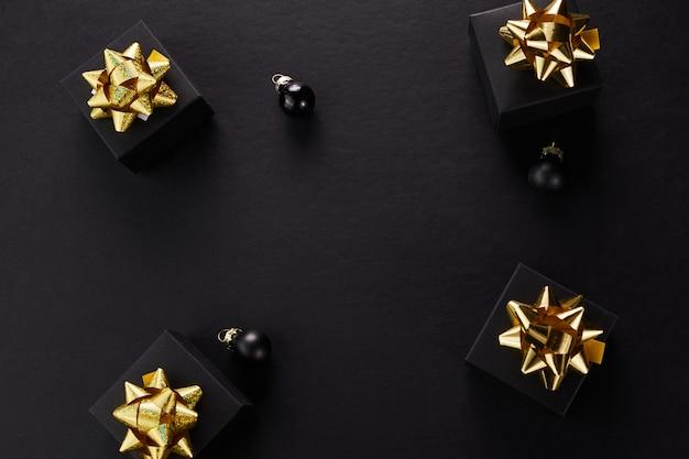 Fondo de super venta de viernes negro. cajas de regalo negras con cintas doradas.