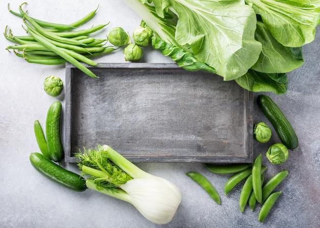 Fondo con surtido de verduras verdes.