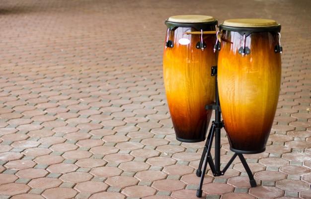 Fondo de tambor de tom. hecho de madera y acero inoxidable.