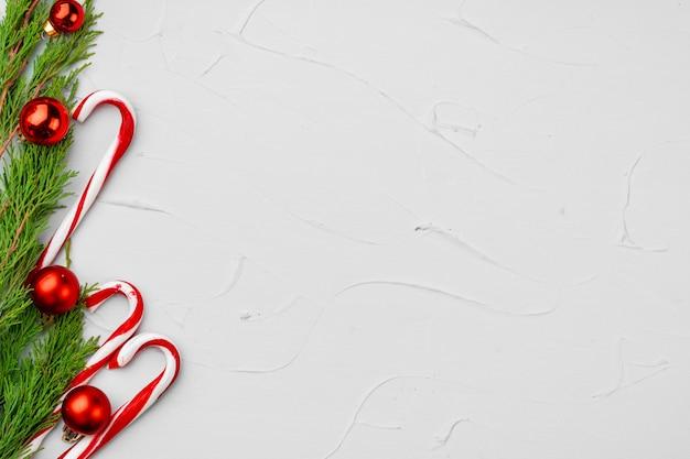 Fondo de tarjeta de navidad con bastón de caramelo, espacio de copia