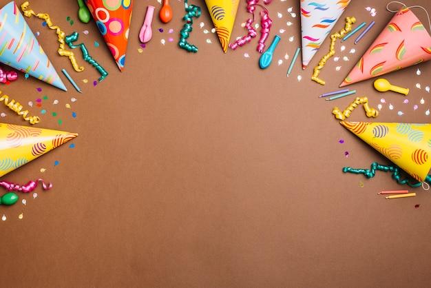 Fondo temático de cumpleaños con una gran variedad de objetos sobre fondo marrón