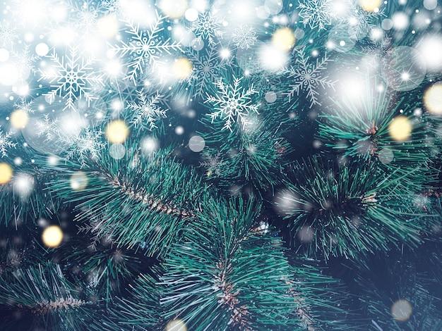 Fondo de textura de árbol de navidad con nieve cayendo y copo de nieve