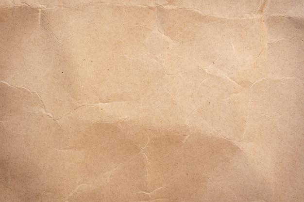 Fondo y textura de papel marrón arrugado de cerca