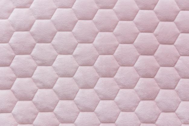 Fondo de textura de tela de malla hexagonal de color rosa
