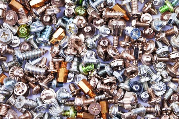 Fondo de textura de tornillos de plata y oro de computadora, hardware, pernos y tuercas